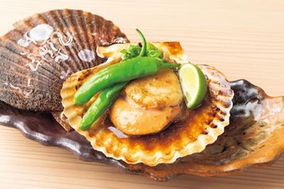 【写真を見る】帆立貝のバターしょうゆ焼(1個・648円)は、身が締まったプリプリ食感が魅力/天満 貝蒸屋