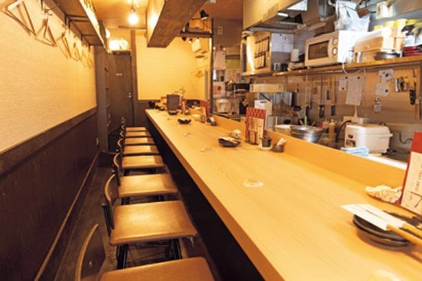 カウンターが広めで食事しやすく、居心地もいい空間。一歩入れば貝のいい香りが漂う。店頭には貝殻がぎっしり詰まった箱も置かれている/天満 貝蒸屋