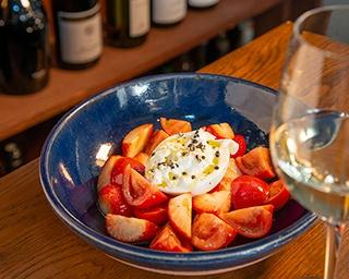 【写真を見る】「苺とフルーツトマト、ブラータチーズのサラダ」(1,728円)