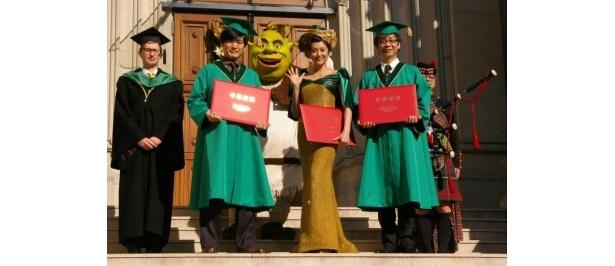 『シュレック フォーエバー』卒業式に出席した、左から、劇団ひとり、藤原紀香、山寺宏一