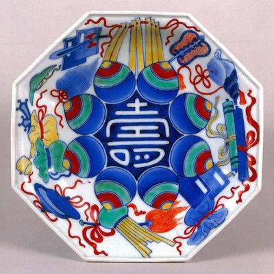 15種類の宝物が描かれた皿、色絵 壽字宝尽文 八角皿(鍋島)