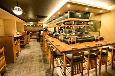 カウンター席とテーブル席がある和モダンな店内/日本酒×発酵 八光