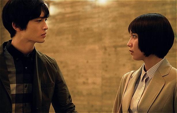 【写真】真剣な眼差しで見つめ合う玉森裕太と吉岡里帆