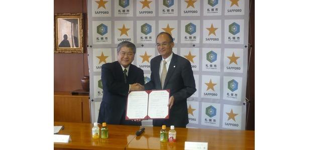 上田文雄札幌市長(左)とサッポロビール株式会社福永勝社長(右)