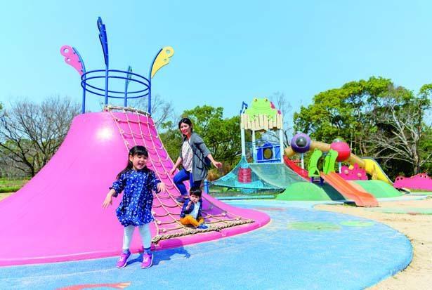 カラフルな「わくわく池の冒険ひろば」/万博記念公園