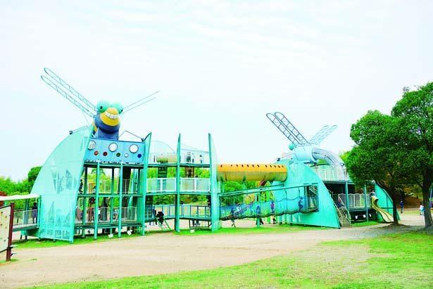 【写真を見る】公園名にちなみ、オニヤンマとシオカラトンボをモチーフにした「トンボの遊具」/蜻蛉池公園