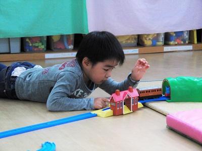 プラレールや木製レールは、発達に応じた幅広い遊びを許容する玩具のひとつ