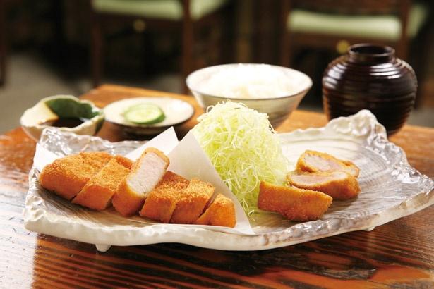 新潟県産の和豚もちぶたのロースと、宮崎県産のきなこ豚のヒレ肉を使用。「ロース・ひれ盛り合わせ定食」(2370円)