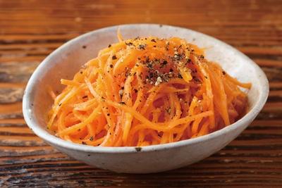 【写真を見る】トンカツと一緒に食べたい!野菜とビネガー、オリーブオイルで作るさっぱり味の「特製人参サラダ」(350円)
