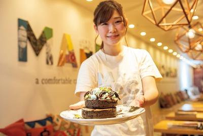 【写真を見る】チョコミントパンケーキのほか、フレッシュミ ントソーダ(702円)やチョコミントシェイク(864円)もおすすめです!」