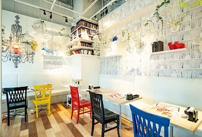 白を基調とした店内は写真映えするポップカラーのインテリアも。半個室の席や、テラス席かもある
