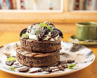 季節限定メニュー、チョコミントパンケーキ ダブル(1,512円)。シングルは(1,026 円)。 コーヒー風味の生地と清涼感あるミントホイップのコンビが大人の味わい。〜7月中旬