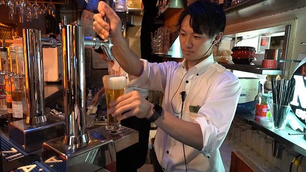種類豊富な飲み放題メニューがそろう。ドリンクカウンターバーで自由にオーダーするスタイル