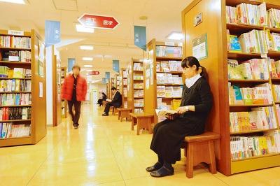 図書館のような店内(写真はジュンク堂書店 新宿店のものです)