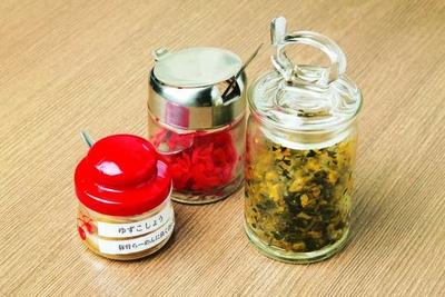 【写真を見る】薬味は紅生姜、高菜、柚子胡椒の3種をお客さんの要望に応えて用意/らーめん ど真ん中