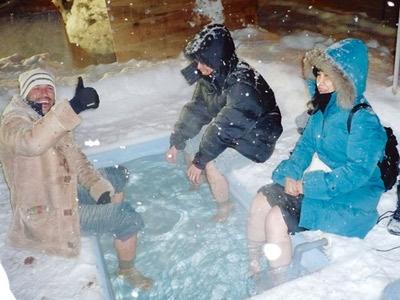 圧雪車に搭載された露天風呂「寒々湯」で身も心もあったかに。開村式当日の夜に設置される