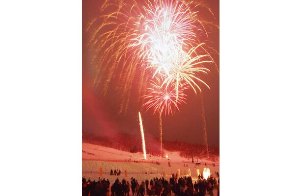 開村式のクライマックスは、毎年恒例の花火大会。真冬の夜空を鮮やかに彩る