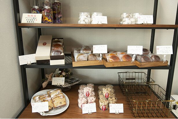 棚には焼き菓子類が並ぶ。プレートには使用される素材やお菓子の味わいが丁寧に記されている