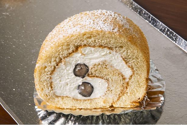 「丹波の黒豆と和三盆のロールケーキ」(450円)はクリームや生地に和三盆を使うことで上質な味わいに。生地がきめ細かくなめらか