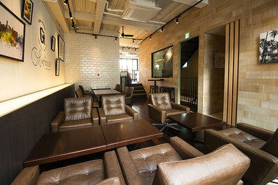 2階のソファ席。様々なスタイルの席が設けられており、時々の用途によって選べるのがうれしい