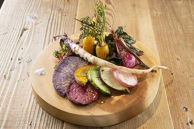 黄色ニンジンやビーツなどその日の野菜10種をグリルした「三浦・青木農園の野菜グリル」(950円)は、野菜の甘味が引き立つ