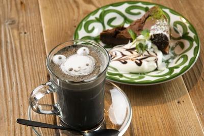 大人の向けのビターな味わいの「ガトーショコラ」(648円)、デトックス作用のある竹炭を合わせた「ブラックラテ」(594円)