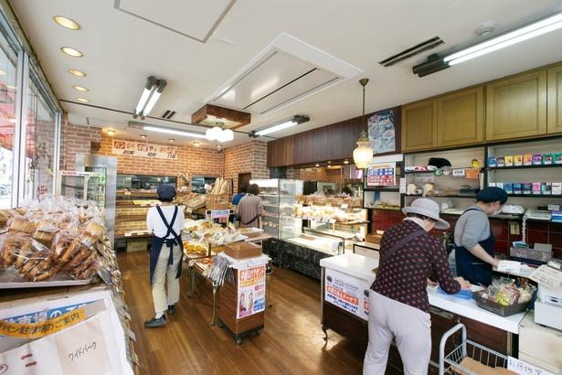 常に客足が絶えない昔ながらの町のパン店 / 中屋パン
