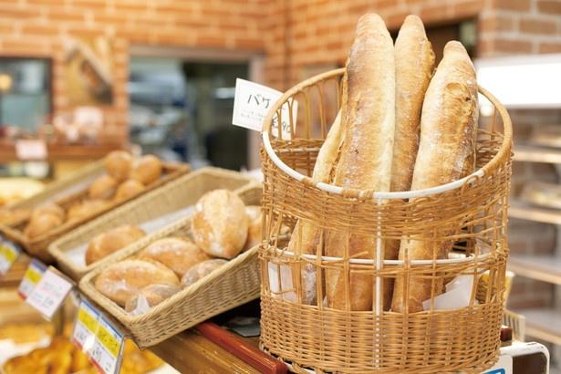 「バケット」(290円)など食事系のパンも多彩 / 中屋パン