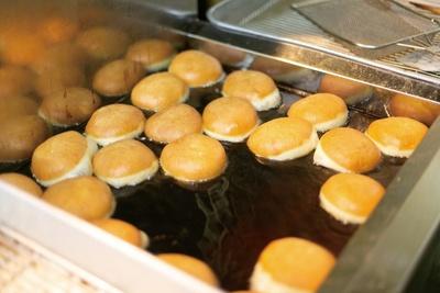 【写真を見る】あんドーナツは1日1200個以上仕込み、売切れ次第随時揚げている / 中屋パン