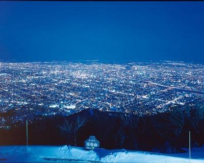 山頂から眺める景色。元旦には初日の出を見ることもできる。