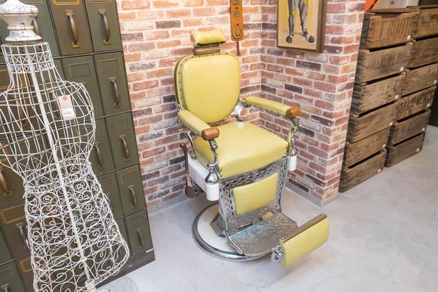 理髪店の年代物のチェアなどユニークな品も / L.A.DEPO