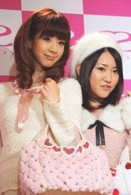 バッグブランド「SAVOY」の旗艦店オープンを記念し、イベントに登場したほしのあきさんと内田眞由美さん(左から)