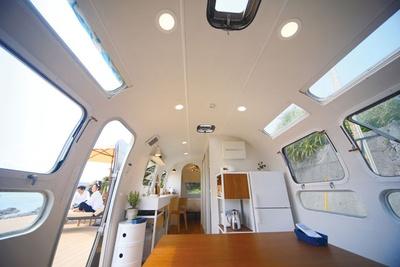 キッチンや冷蔵庫なども完備したトレー ラーハウスは、快適な環境が整う / HOLLY CAMP airstream villa amami
