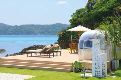 エメラルドグリーンに輝く海を眺めながら、ゆっくりとくつろぐことができる / HOLLY CAMP airstream villa amami