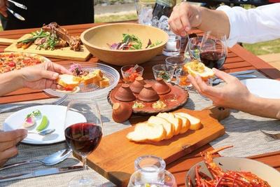 夕食は、人気のイタリアン「オステリアフィオーレ」のシェフが監修 / HOLLY CAMP airstream villa amami