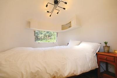 寝心地抜群のベッドも完備している / HOLLY CAMP airstream villa amami