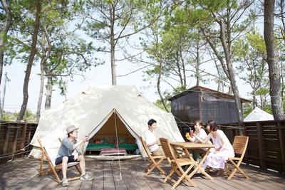 人数に応じたテントで、ゆったりくつろげる / Glam Beach