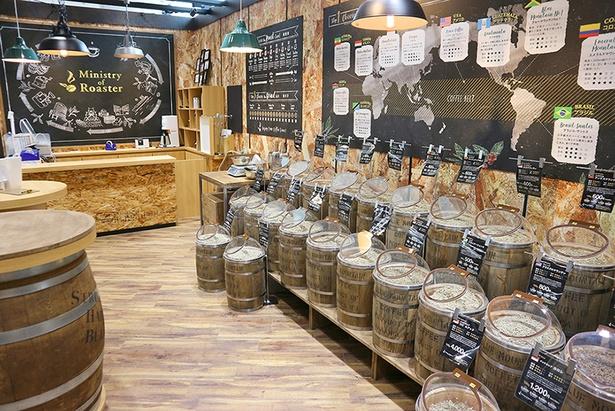 世界各国から厳選した21種類の生豆を取り揃えるコーヒーコーナー(5階)