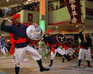 沖縄はエイサーの踊りと共に本格的な夏を迎える