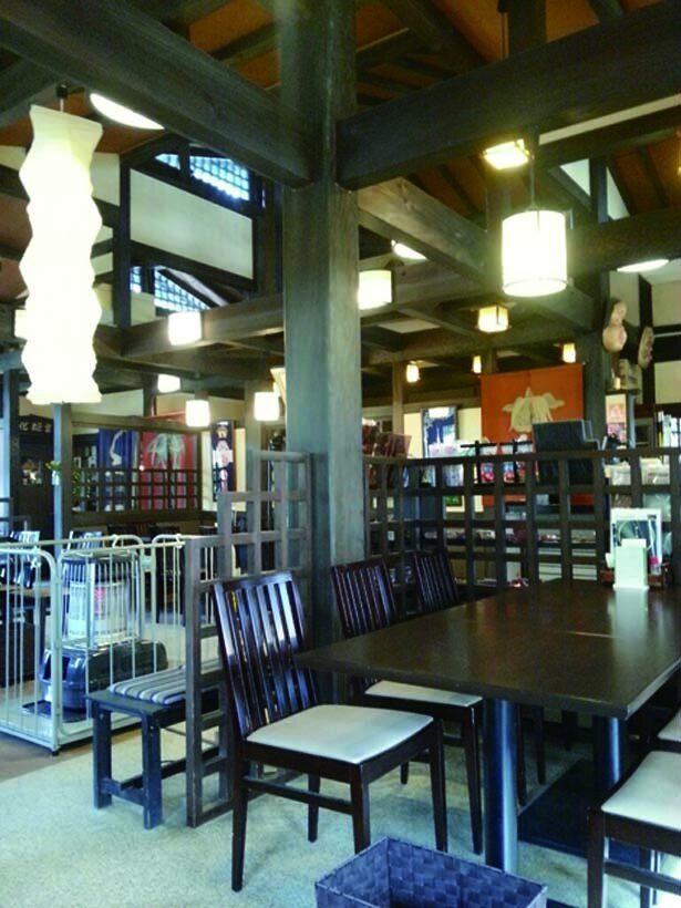 ノスタルジックな雰囲気の店内には、おみやげコーナーも併設/はしだて茶屋