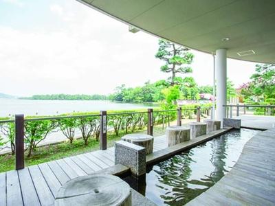 ホテル中庭にある源泉かけ流しの「なかつくにの足湯」は無料/天橋立ホテル