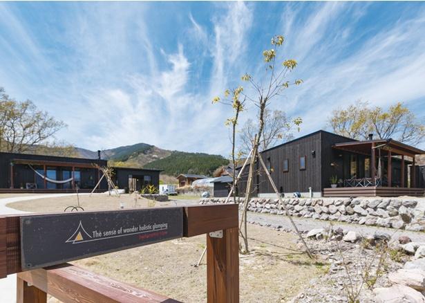 Sense of wonder 由布岳山麓グランピングリゾート / ティピーテントのほか、キャビンには、ベッドやソファがあり、バス・トイレにアメニティやバスローブも完備。