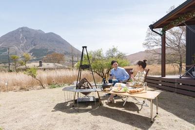 Sense of wonder 由布岳山麓グランピングリゾート / 天気がよければ、芝生に料理をセッティングして、自然を感じながら料理を楽しめる