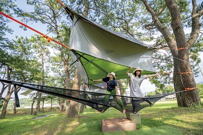 MAGICAL STAY / 春先から9月まで空中テントを設置する。テントは、木と木を結んだ高さ約2〜3mの位置にあり、心地よく揺られながら非日常的な宿泊を楽しめる