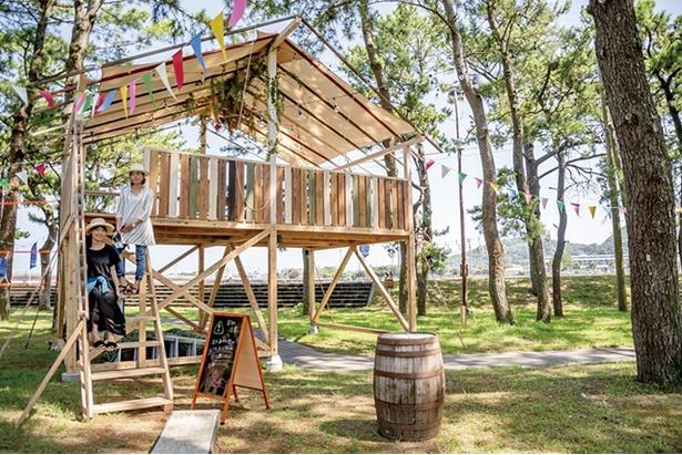 MAGICAL STAY / 開放的な小屋はくつろぐのに最適。雨天時はここで食事をとる
