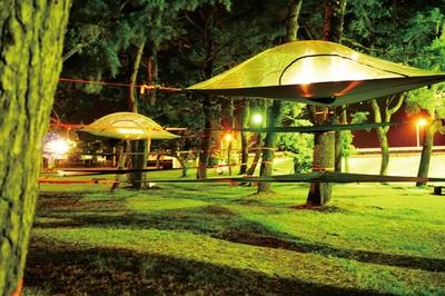 MAGICAL STAY / 広い敷地内にテントは6つあり、大人2人と子供3人の家族5人ほどが、ちょうど快適に泊まれるスペース