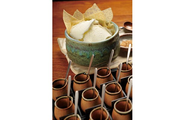 アイスオンザリキュール(コーヒー付き)1260。カシスやチョコレートシロップ、コーヒーリキュールなど、12種類ものリキュールや酒をかけて味を楽しめる
