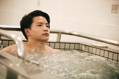 日ごろのトレーニングで疲労が蓄積した筋肉をロウアーハイジェットでほぐす。「ここのジェット風呂は強めですね。すごく効きます!」