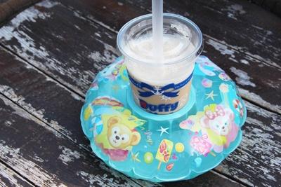 優しい甘さのアイスキャラメルミルクティーに、浮き輪型のコースターをプラス!「アイスキャラメルミルクティー、スーベニアコースター付き」(1000円)
