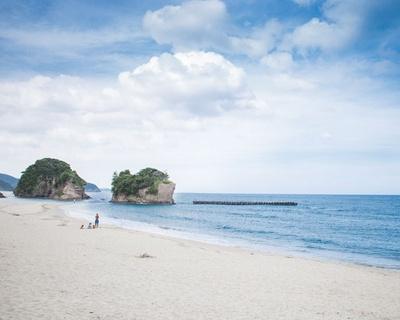 白浜青松の知る人ぞ知る名ビーチ 砂浜を彩る花火大会も楽しみ / 西方海水浴場